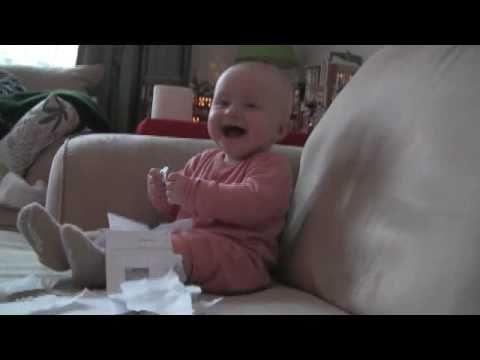 紙をちぎる度に大爆笑する赤ちゃんが可愛すぎる