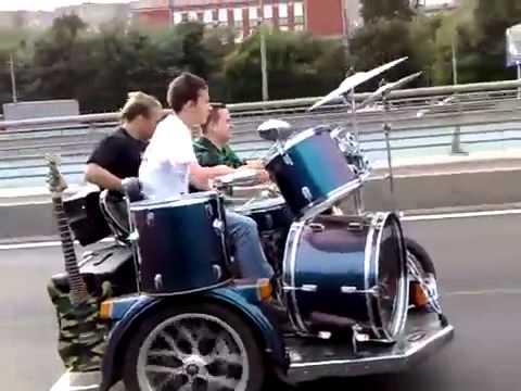 規格外!バイクを運転しながらドラムとギターを演奏する若者たち