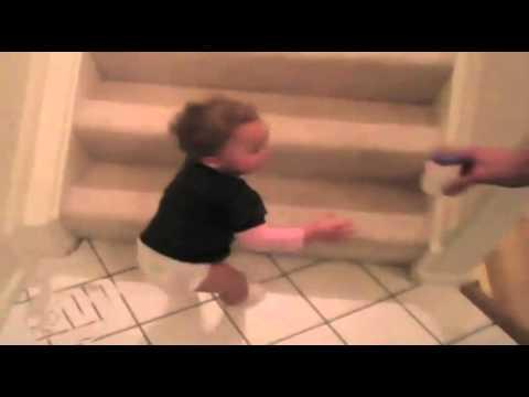 ミルクのためならなんでもする!驚きの速さで階段を降りる赤ちゃん