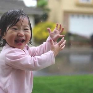 ピュアが伝わる!生まれて初めての雨に大喜びする少女が可愛すぎる