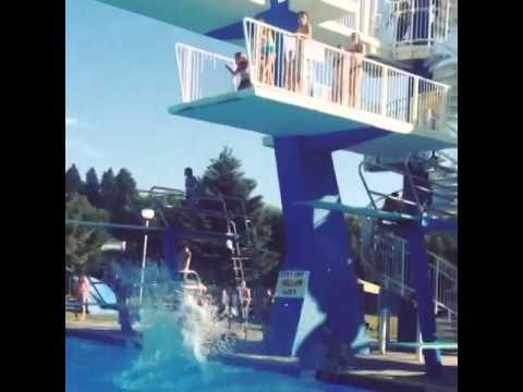 まさかの展開!プールで飛び込み失敗がアクロバットな技に仕上がった瞬間