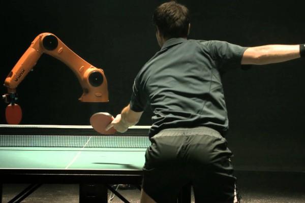 この勝負を制するのはどっちだ?ロボットと人間が卓球をしたら