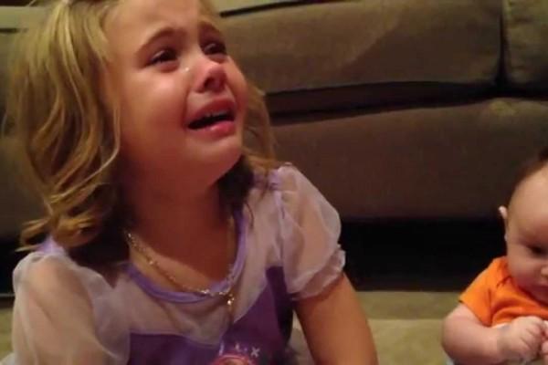 小さく可愛い赤ちゃんのままでいて!姉が号泣する姿に世界中が感動したワケ