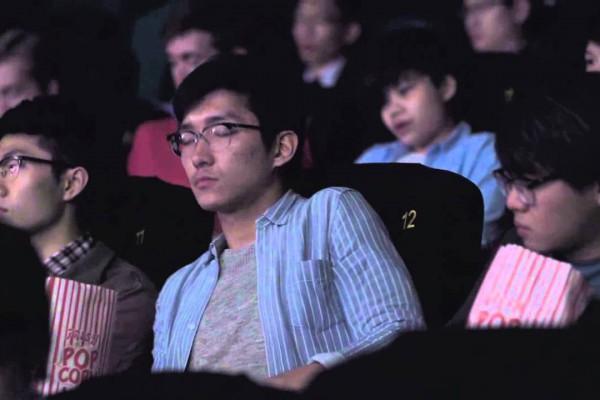 短い映像に込めたメッセージ性強いCM!映画館で観客一斉に携帯の着信が…