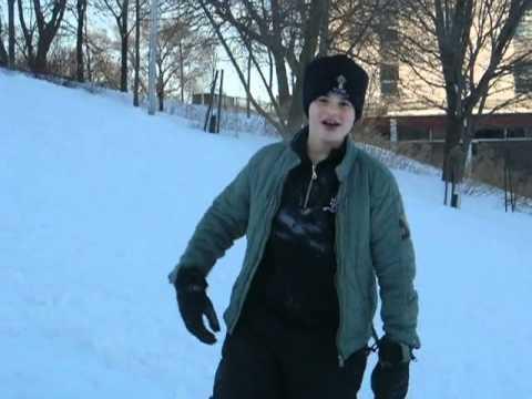 奪ったソリで軽快に滑り出す!雪の上でワンちゃんが魅せたひとり舞台
