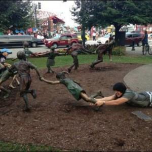 【リアクションが秀逸】街の銅像と本気でふざけるとこうなる写真(14選)