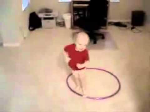 【激カワ】お姉ちゃん変わって!フラフープのルールを勘違いして遊ぶ赤ちゃん