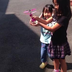 【悲しすぎる】手の上で飛び踊る人形を、中国で買ったばっかりに…