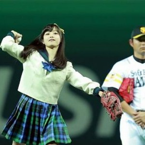 旬なアイドルの始球式で攝津投手が「アイドルに興味なさ過ぎる」と話題に (7枚)