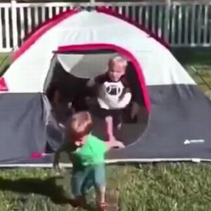 【6秒】どうしてそうなる!(笑)テントから出てくる子供たちが・・・