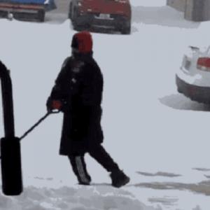 【笑】「雪かきしてたら9秒も足を滑らせ続けた男」のスターウォーズ戦闘コラが秀逸すぎる