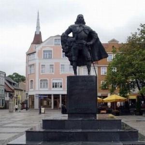 【どうしてこうなったw】雪が積もった後のポーランドの銅像が完全にダースベイダー(3枚)
