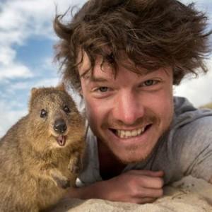 【特技は動物との自撮り】最高の表情を引き出す!男性と動物の12枚のベストショット
