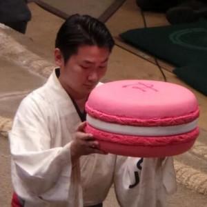 「コラにしか見えないから好きw」大相撲の優勝力士に贈られる『巨大マカロン』の正体