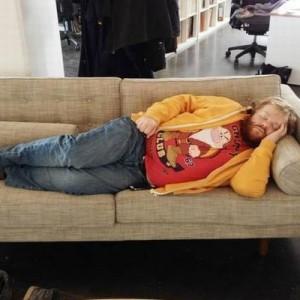 やめてあげて!(笑)職場で居眠りしている同僚を発見→写真を加工したらこうなった9枚