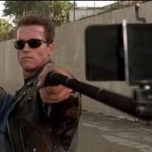 んなバカな!(笑)有名映画の「武器」を「自撮り棒」に変えても実はそんなに違和感がない8枚