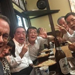 「これはあの店?」「溶け込んでる」トム・ハンクスが東京で酔っ払いと自撮り→めっちゃ良い写真!