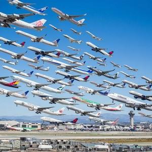 【圧巻】同じ場所、同じ日の飛行機を撮り続けて、つなぎ合わせたらこうなった(9枚)