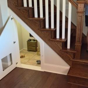 「階段下のスペースにお部屋が!」中を覗いてみると…叔母が作ったお部屋の正体がステキ!4枚