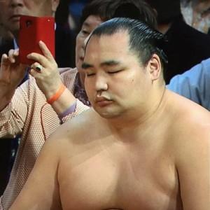 【よくもまぁここまで見事にw】2016年・大相撲九州場所、奇跡の一枚(笑)