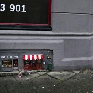 スウェーデンの路上に登場した小さなお店。お客は人間ではなく→粋な計らい!