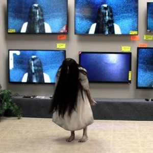 みんなビビってんじゃねーか!(笑)貞子がテレビから本当に出てくるドッキリ→こうなった