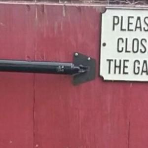 「ゲートを閉めてください!」その看板の下を見たとき…理由に納得(笑)