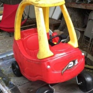 【画像】マッドマックスを愛する父が、子供用のおもちゃの車を大改造→完成度、ハンパねぇ!