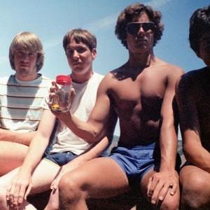5人の友人が35年間!5年ごとに同じ構図で写真を撮り続けた「男5人組の友情」が素敵すぎ