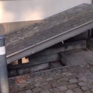 スイスの友人「俺、秘密の鍵持ってるんだー!」取り出した鍵を街中の壁に差し込んだら!