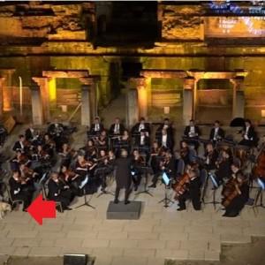 オーケストラの演奏中に犬が乱入→会場も爆笑、ワンコの落ち着きっぷりが…コレだ!