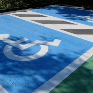 駐車場で「障がい者スペース」にはみ出してはいけない。その理由が一目で分かる写真