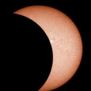【男子勘違い率99%】NASAが発表した皆既日食の画像が「もうアレにしか見えない」と話題