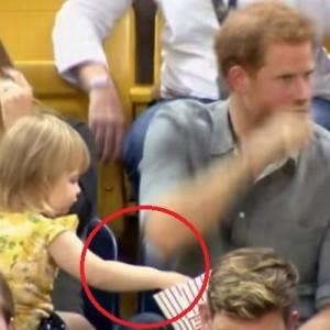 ヘンリー王子のポップコーンを盗み食いする女の子→それに気づいた王子の対応が最高すぎる!
