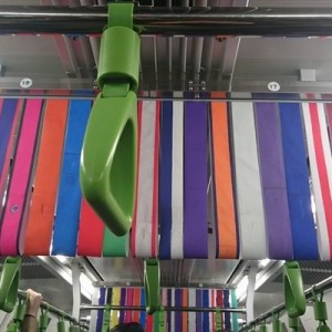 電車の中吊り、裏から見て何の広告か分からなかったけど→振り返って納得!素晴らしい!