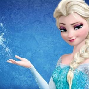 大雪で動けなくなっていた警察車輌!→救出したのは?アナと雪の女王、エルサ!!?