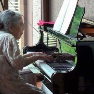 「感動しました」・「凄すぎる!」85歳のお婆ちゃんがピアノの前に。大丈夫かな?と思いきやこの後