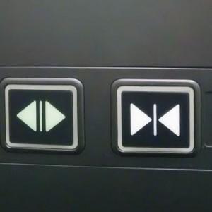 エレベーターの開閉ボタンをいつも逆に押してしまう人はマークがこう見えているらしい