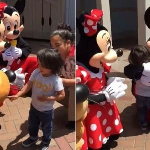 【これがディズニーランド】耳の不自由な男の子に、ミッキーとミニーが取った行動が感動を呼ぶ