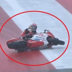 雨のレースで転倒してしまったバイク。奇跡的な対応に注目集まる「凄すぎる!」