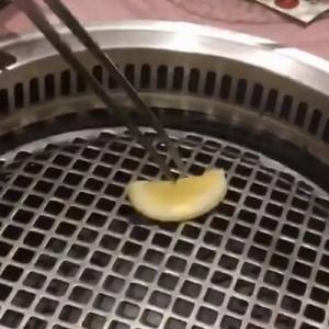 【良い事聞いた】そんな裏技が!焼肉を食べる前にレモンを網に塗ると…