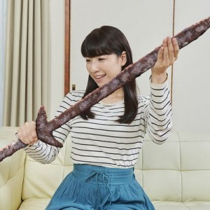 「通販で錆びた聖剣を買って喜ぶ母」0.1%の需要に応えた『家族のフリー写真素材』が笑う12枚
