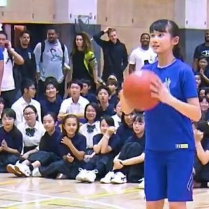 数百人の目線が集まる中、シュートを外し立ち去ろうとする女の子。それを見たNBAの選手が一言