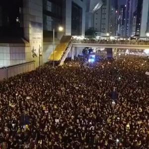 「これは凄い」・「鳥肌が」香港のデモで救急車が見えた、その時…