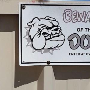 「猛犬注意」の看板を発見!どんな犬かと構えていたら、こんな状況だった画像(笑)