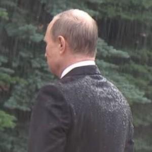 雨に打たれて、ずぶ濡れになっているプーチン。「なぜ傘をささないの?」→その回答が